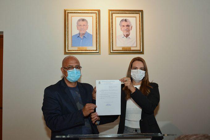 Sheila sanciona lei que dá o nome de Herzem Gusmão à nova estação da Lauro de Freitas