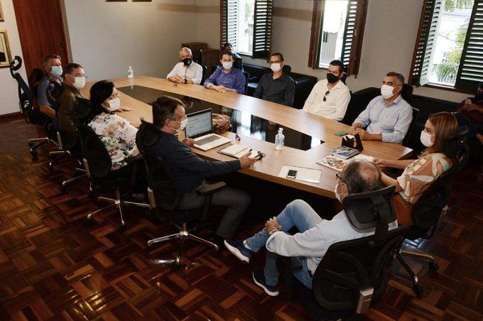 Prefeita Sheila Lemos e representantes de associações comerciais avaliam projeto de fomento ao empreendedorismo