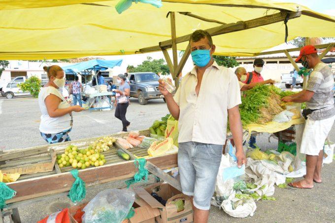 Prefeitura distribui máscaras reutilizáveis em feira livre de Bate Pé