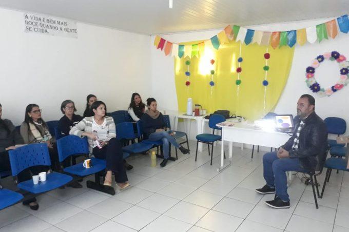 Coordenação Municipal de Políticas de Promoção da Cidadania e Direitos de LGBT realiza capacitação no CAPS ia
