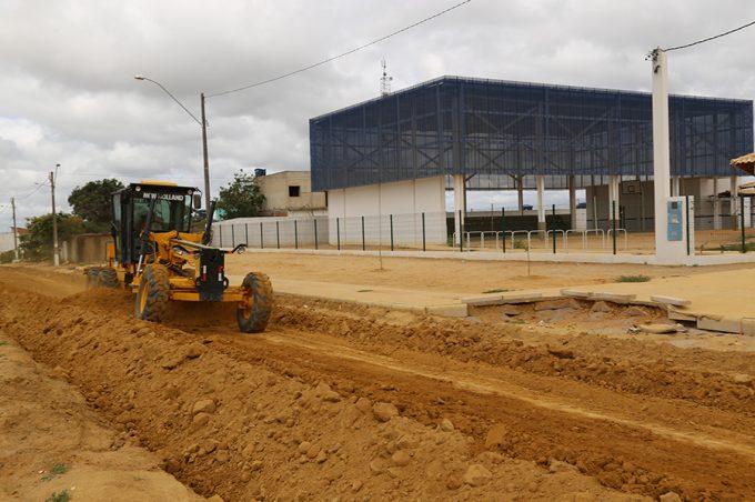 Prefeitura inicia obras de terraplanagem do acesso à nova escola dos Campinhos