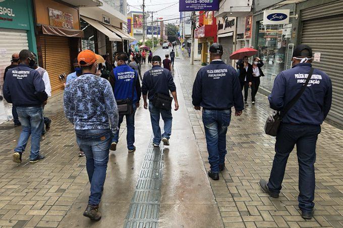 Fiscais continuam nas ruas para garantir comércio fechado