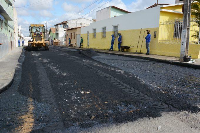 Cidade cada vez melhor: Ruas do Alto Maron recebem obras de pavimentação