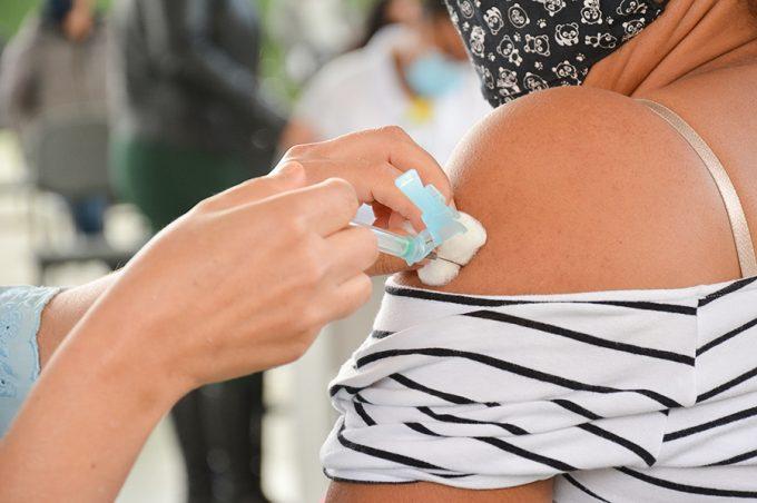 Prefeitura retoma 2ª dose da CoronaVac nesta terça-feira e estoque da vacina de Oxford está esgotado