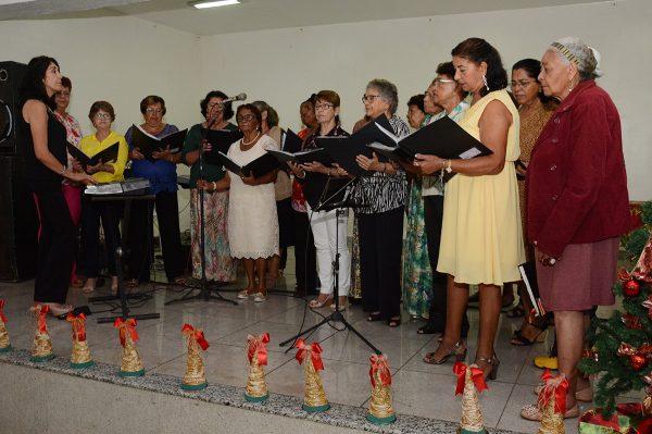 Durante o baile de fim de ano, os idoso apresentaram peças teatrais e entoaram canções natalinas