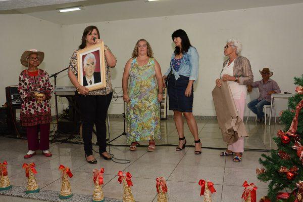 Em nome do prefeito, Kátia recebeu quadro confeccionado por participante que já faleceu