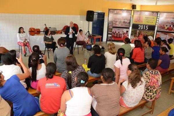 Prefeito Guilherme Menezesdurante visita ao Programa Conquista Criança, um dos locaisvisitados na cidade por representante do Unicef
