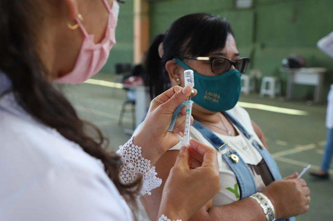 Quase 2 mil conquistenses foram vacinados hoje e estoque de AstraZeneca termina