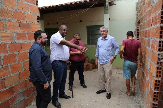 Prefeito visita obras de ampliação da Unidade de Saúde da Família Limeira