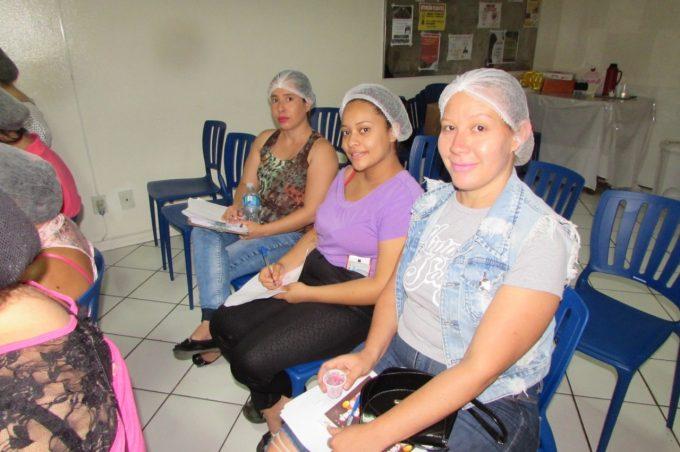 Mães cangurus do Esaú Matos participam de curso de confeitaria