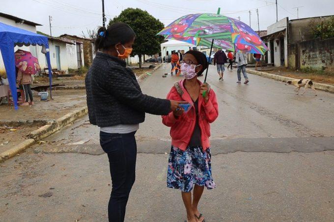 Combate ao coronavírus: Prefeitura faz entrega de 160 máscaras reutilizáveis no Distrito de Inhobim