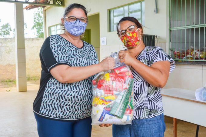 Prefeitura entrega kits alimentares para famílias da zona rural