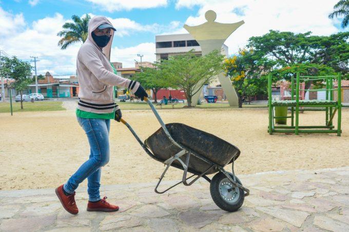 Secretaria de Serviços Públicos realiza mutirões de limpeza em diferentes pontos da cidade