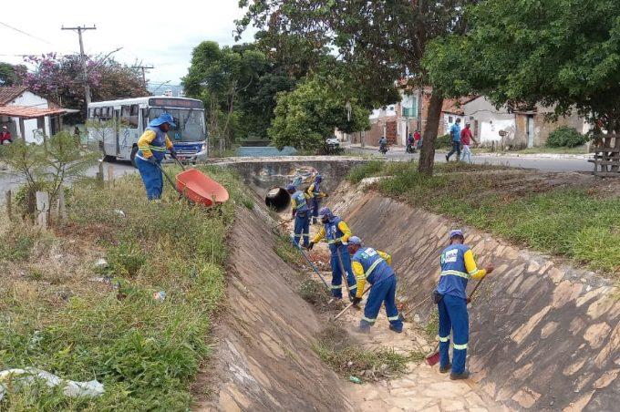 Prefeitura realiza limpeza em canais de drenagem em Vitória da Conquista