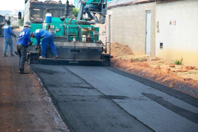 Prefeitura pavimenta ruas do Loteamento Renato Magalhães
