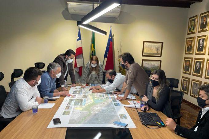 Prefeita e equipe da Seinfra analisam projeto do Parque Ambiental do Rio Verruga