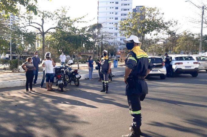 Categoria com o maior número de acidentes na cidade, motociclistas recebem orientação da Semob em blitz educativa