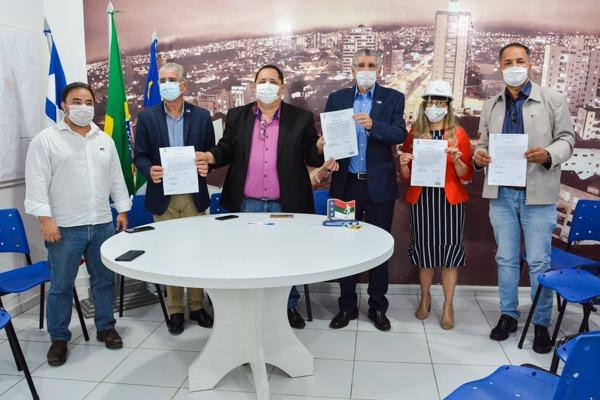Prefeito Herzem Gusmão assina Ordens de Serviço para pavimentação, reforma do aterro sanitário e modernização da iluminação pública