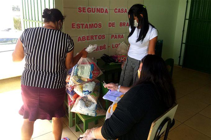 Secretaria Municipal de Educação entrega kits alimentares em escolas de Inhobim