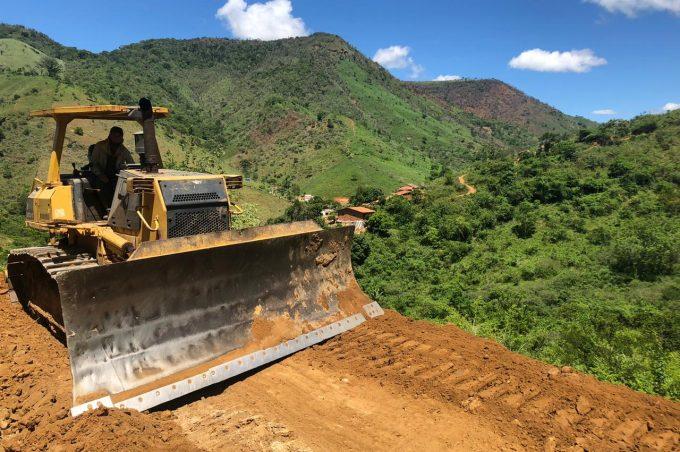 Prefeitura abre estrada no Limoeiro e dá acesso a comunidade isolada