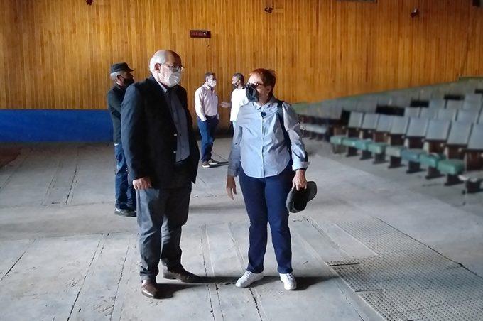 Gestores da Educação visitam o antigo Cine Madrigal e avaliam requalificação